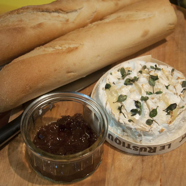 Baked camembert with bread & chutney